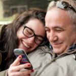 Adolescentes viviendo una libertad acompañada por los padres